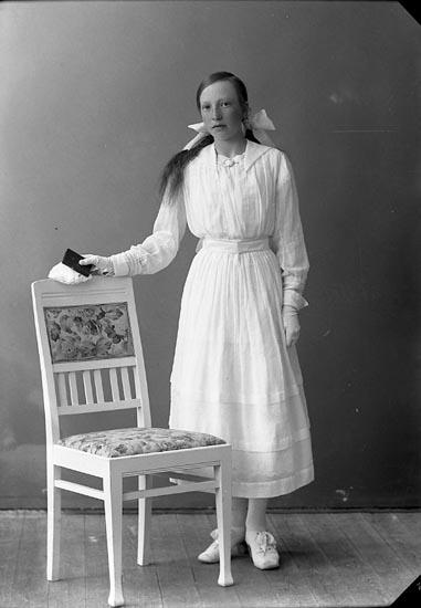 """Enligt fotografens journal nr 4 1918-1922: """"Svensson, Elin Rörvik, Höviksnäs""""."""