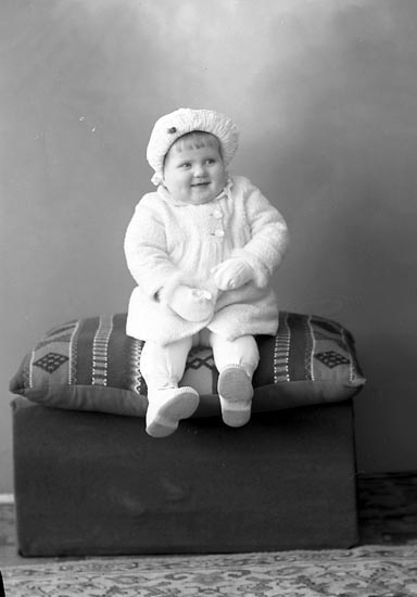 """Enligt fotografens journal nr 6 1930-1943: """"Hägg, Ulla-Lisa Ödsmål""""."""