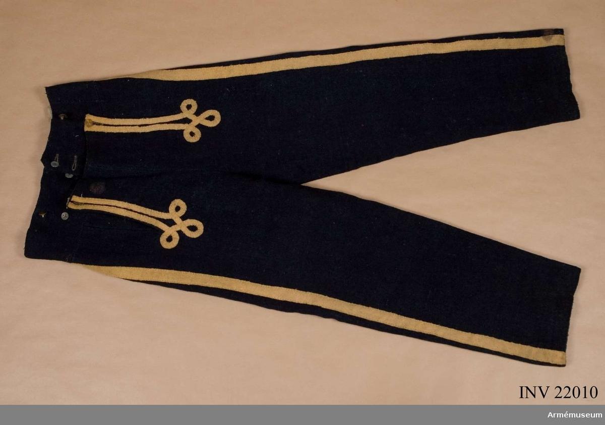 Grupp C I. Ur uniform för manskap vid Konungens eget värvade reg. Består av jacka, byxor, skärp, tschakå, sultan, pompong, kordong, halsduk, skor, damasker, patronkök, bandolärrem. Modellexemplar. Rest av modellapp. Crigscollegii lacksigill.