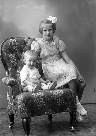 """Enligt fotografens journal nr 6 1930-1943: """"Olsson, Irma Säckebäck, Varekil""""."""