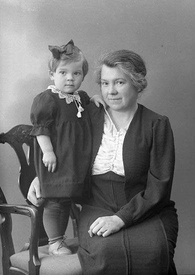 "Enligt fotograrens journal nr 6 1930-1943: ""Berlin, Fru Anna Stenungsund""."