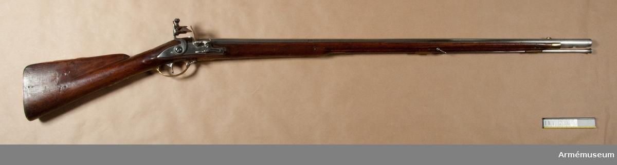 Grupp E II. Gevär med flintlås för den år 1748 uppsatta kadettkåren.  Utställningetikett: Musköt m/1748 för kadettkåren. Kaliber 16 mm. Kulans vikt 18,3 g, Pipans längd  85,2 cm.
