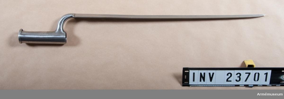 Grupp E II b. Bajonett till flintlåsgevär. Förändringsmodell klass 1 omkr. 1820 från 1808 inköpta engelska gevär. LITT  Alm: Arméns eldhandvapen tab 1:35.