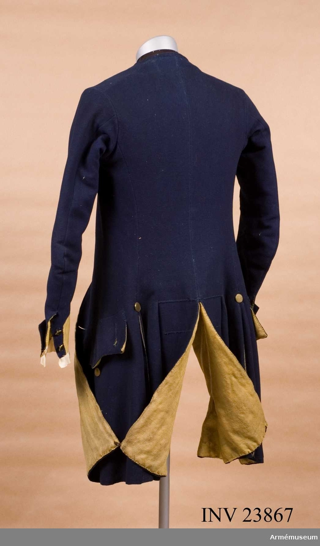Grupp C I. Ur uniform för underofficer vid Södermanlands regemente 1765-79. Består av rock, väst, knäbyxor, grenadjärsmössa, skor, handskar, dammasker, mässingsspänne, skjorta. PUBL  AMV Meddelande X, sida 68.