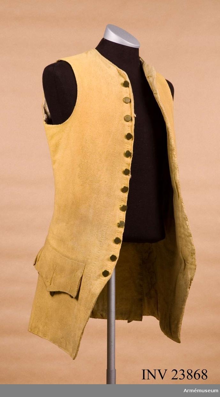 Grupp C I. Ur uniform för underofficer vid Södermanlands regemente 1765-79. Består av rock, väst, knäbyxor, grenadjärsmössa, skor, handskar, dammasker, mässingsspänne, skjorta. PUBL  AMV Medd X, s 68.