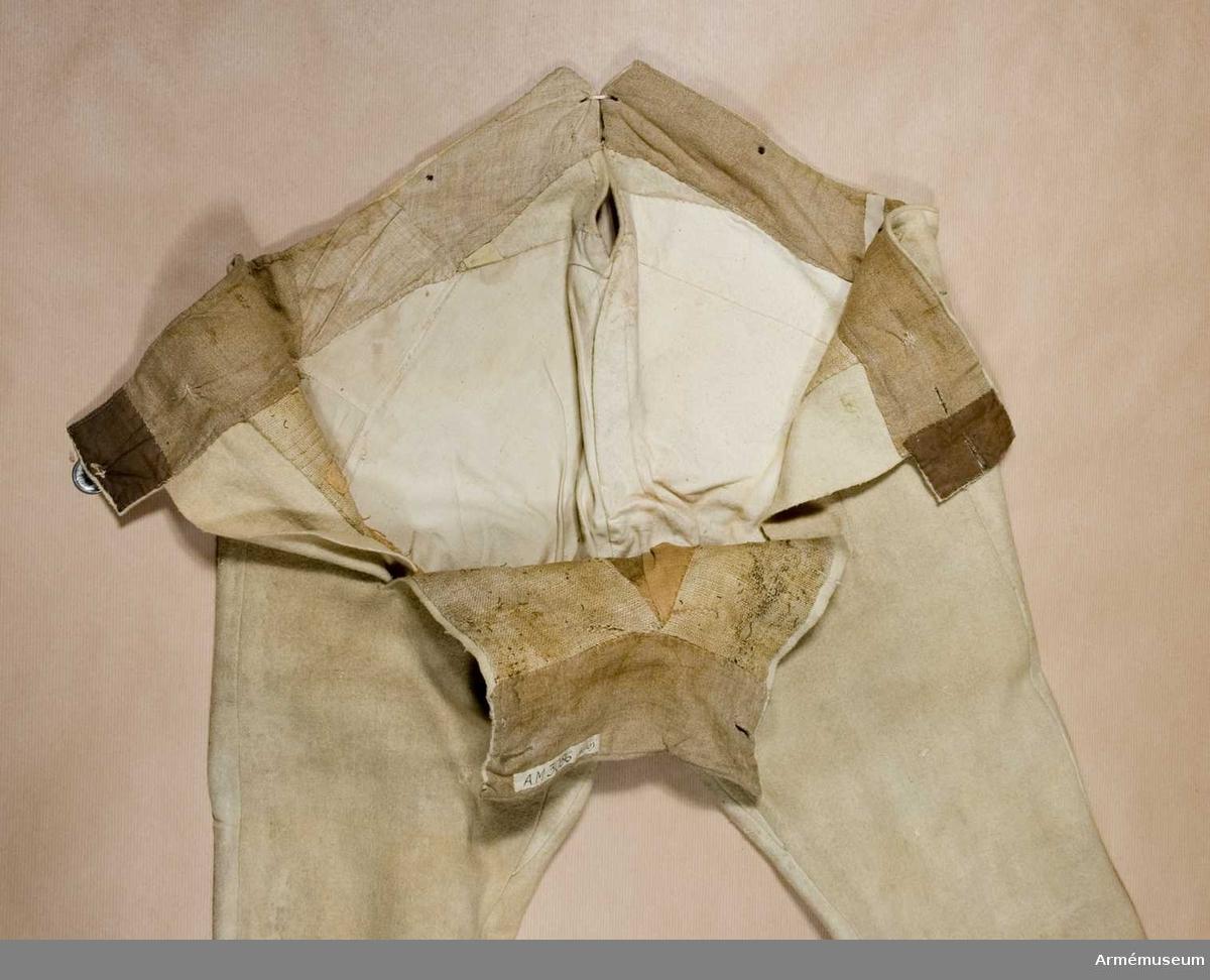 Grupp C I.  Ur uniform för manskap i huvudsak gällande för indelt infanteri år 1779-98. Består av rock, halsduk, hatt, sultan, byxor, stövlar, strumpor, patronkök, bandolärrem, gehäng.