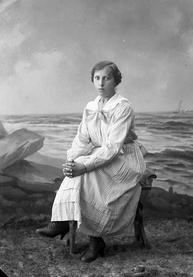 "Enligt fotografens journal nr 4 1918-1922: ""Karlsson, Edit Ödsmål""."
