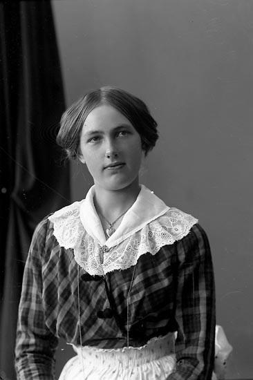 """Enligt fotografens journal nr 4 1918-1922: """"Alexandersson, Svea Anrås Jörlanda""""."""