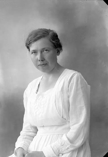 """Enligt fotografens journal nr 4 1918-1922: """"Larsson, Olga Vinningstorp, Jörlanda""""."""