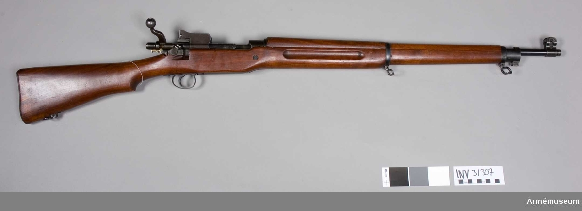 Samhörande nr 31307-9, gevär, bajonett och balja.Gevär m/1917, USA. Amerikanskt. Grupp E II. Relativ l:430 mm.Tillv.nr 177972?