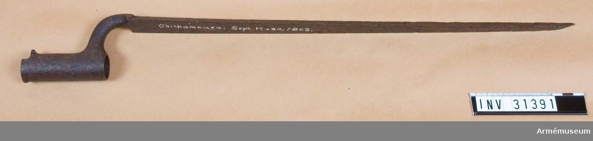 Bajonett med skrift i vitt på klingan.