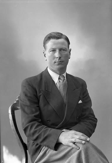 "Enligt fotografens journal nr 7 1944-1950: ""Kjellberg, Herr Malte, Stillingsön""."