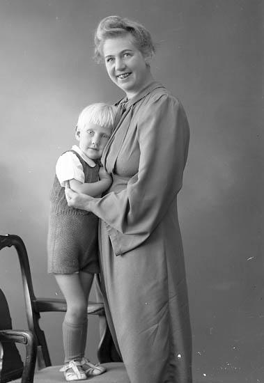 """Enligt fotografens journal nr 6 1930-1943: """"Adolfsson, Fru Valborg Stenungsund""""."""