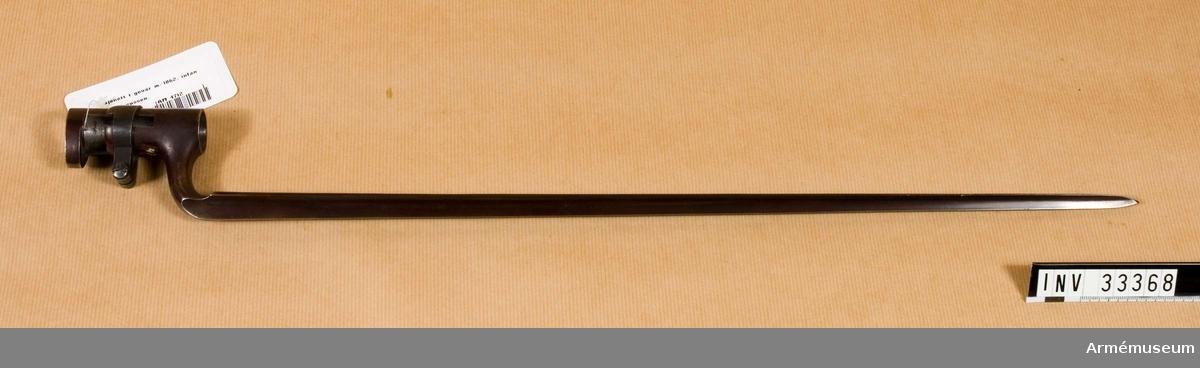 Grupp E II  Bajonetten är brungjord och har trekantig stukatklinga. Den 7 cm långa bajonetthylsan har en fast och en vridbar ring. Klackspåret är krökt i två vinklar och dess nedre ände är överbryggad. På klingans insida baktill står M, 3, krönt T och krönt K.