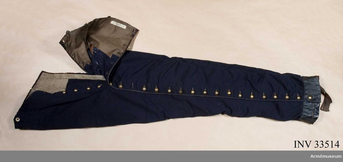 Grupp C I. Uniform för officer till exercis och daglig tjänstgöring. Den har tillhört H Palstierna åren 1840-81. Friherre Liljencrantz var tidigare löjtnant vid Husarcorpsen.