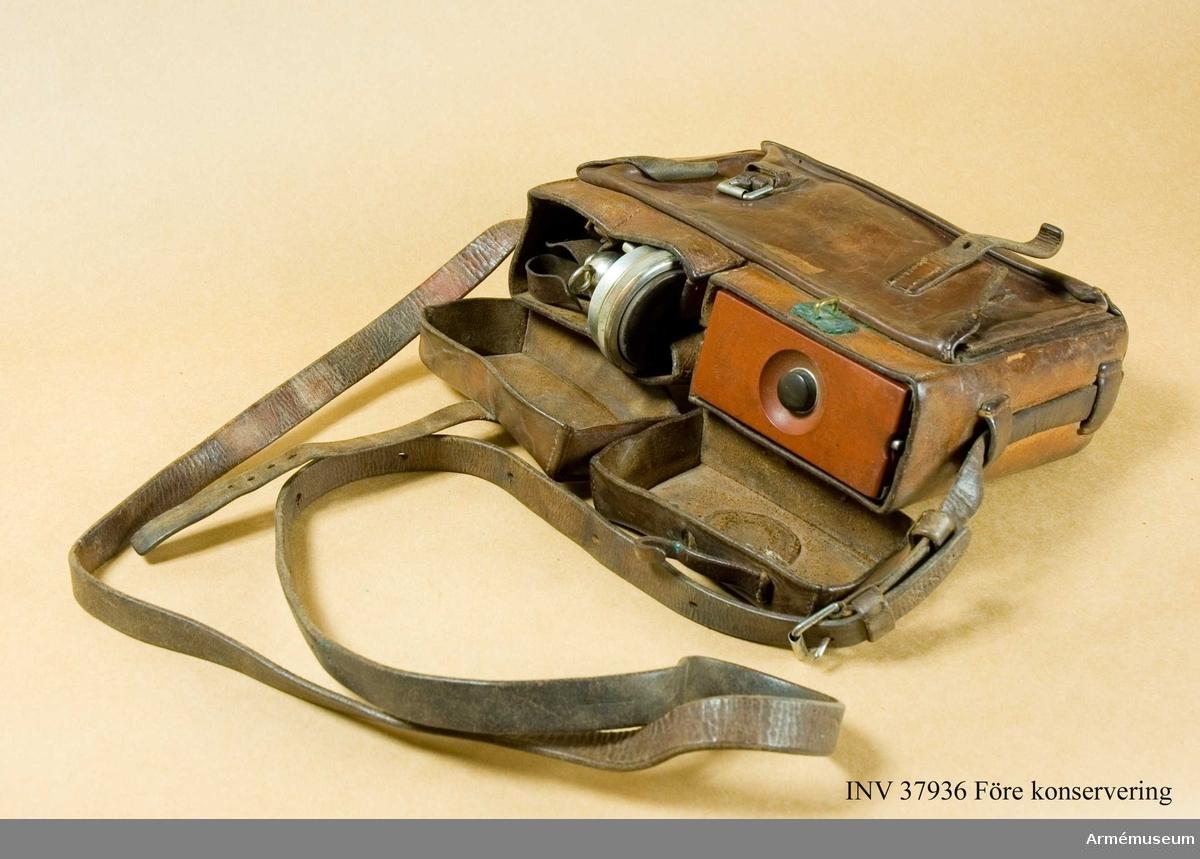 Grupp H I.   Består av väska, telefon med handmikrofon samt hörtelefon. Telefondelen märkt No 517 (siffran 5 nästan helt bortskrapad). Väskan märkt med vasst föremål SK 2 på baksidan. Väskans yttermått ca 8x20x27 cm.
