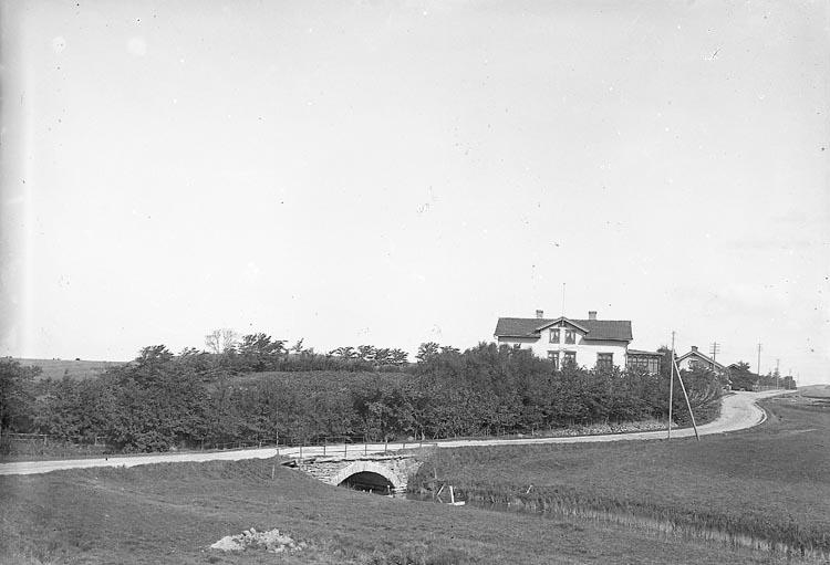 "Enligt fotografens journal nr 1 1904-1908: ""Apoteket Jörlanda""."