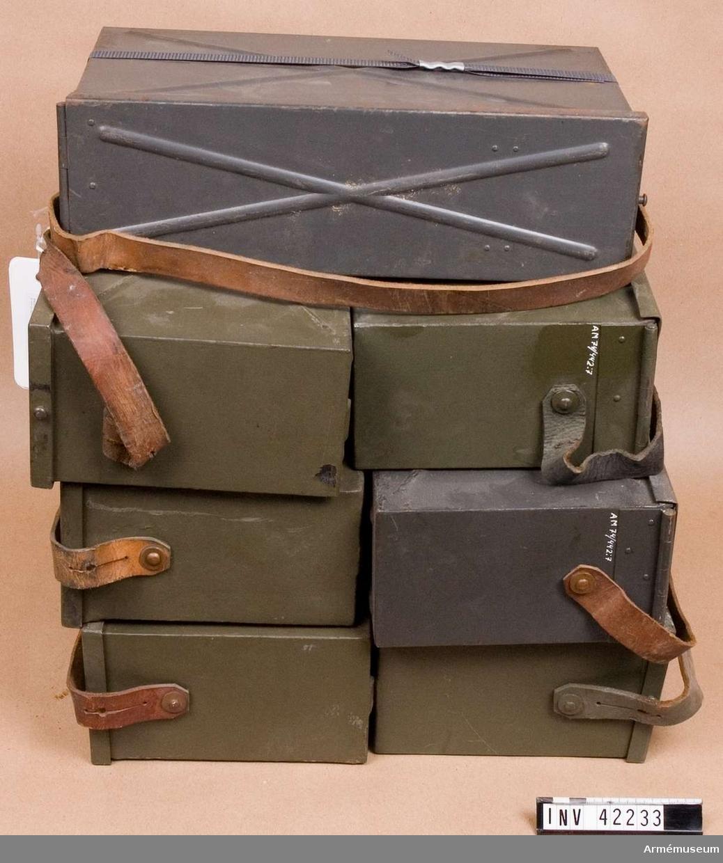 Grupp E IV. Samhörande till kulsprutan finns lavett, bandlådehållare, två bärhandtag, riktmärke med tillbehör, ångslang, åtta bandlådor, vattenlåda, reservpipa i fodral, fyra resrvpipor i trälådor, reservlåda, manteltätare.