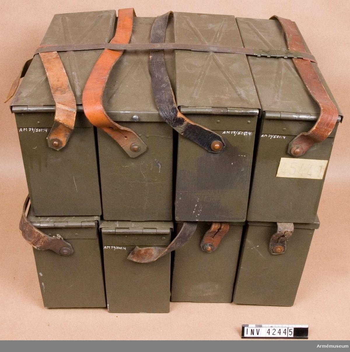 E IV. Samhörande till kulsprutan finns lavett, bandlådehållare, åtta bandlådor, tillbehörslåda med innehåll, vattenlåda, riktpunkt med tillbehör, pipa i fodral, fyra pipor i trälåda, ångslang, bärband och manteltätare.