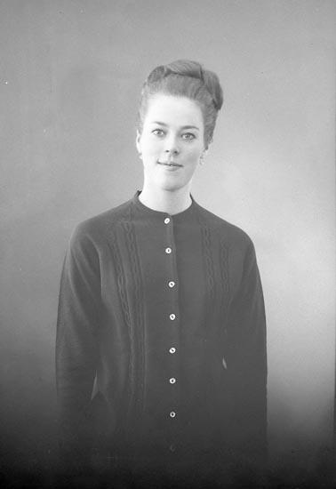 """Enligt fotografens journal: """"Fröken Tuhkanen, Lingonstigen 3 Stenungsund""""."""