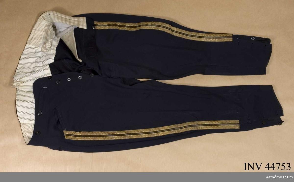 Grupp C 1. Ur uniform för kapten vid Wendes artilleriregemente. Består av  attila, långbyxor, mössa, ridbyxor.
