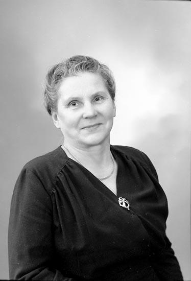 """Enligt fotografens journal nr 9 1958-: """"Lithner, Fru Hilda Stenungsund""""."""