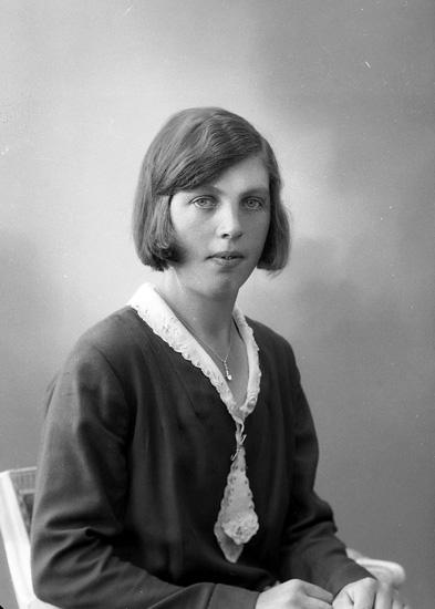"""Enligt fotografens journal nr 6 1930-1943: """"Berntsson, Judit Dal Ucklum""""."""
