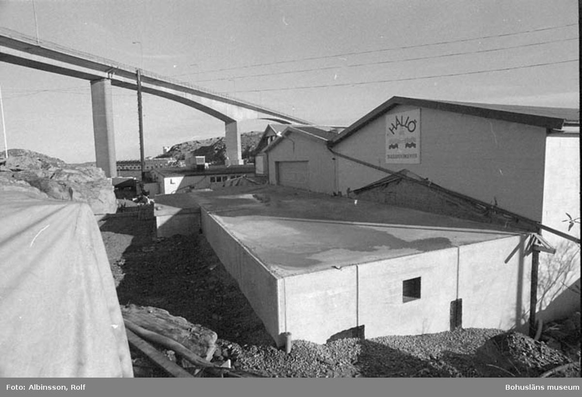 """Fotografens noteringar: """"Exteriörbilder av fabrikens västsida.""""  Fototid: 1995-11-02."""
