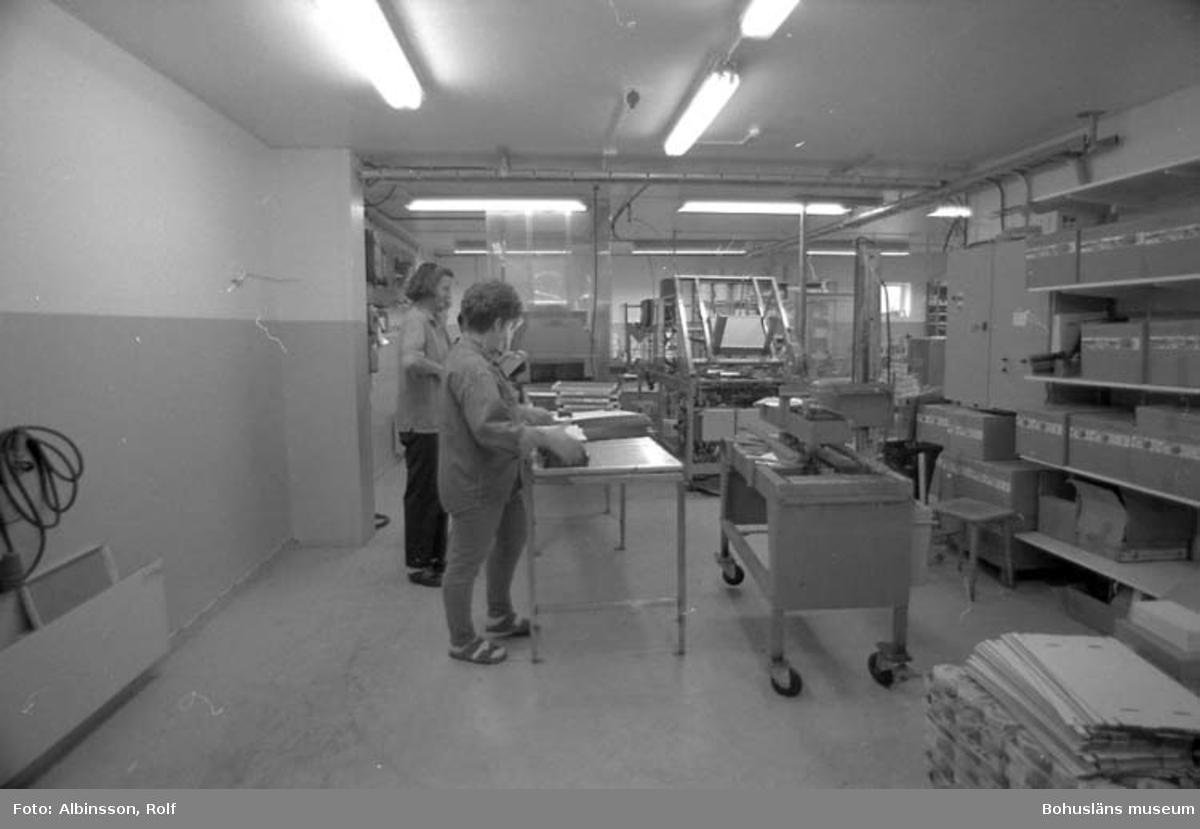 """Enligt fotografens noteringar: """"Krymptunnel fast i slutändan. Åsa Gedda och närmast Meta Karlsson."""" Fototid: 1995-11-16."""