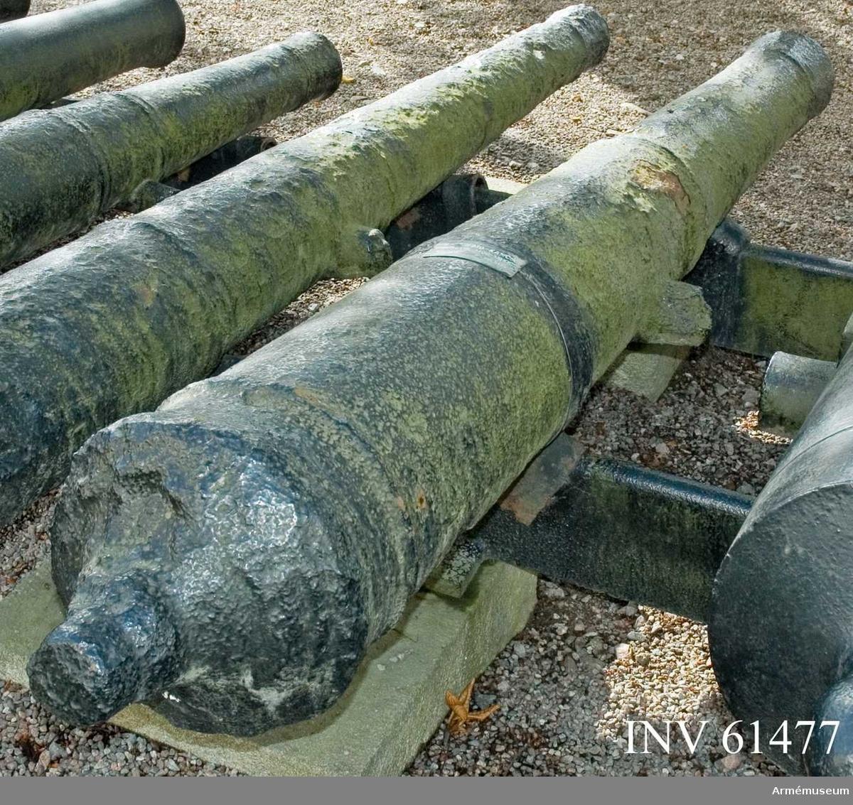Grupp F I.  Upptogs den 23-26 juni 1876 av dykare ur Ystads hamn under pågående muddringsarbete. Kanonen befriades efter upptagandet från en mängd slam och lera, som omgav den. Däri fanns även stycken av fartygsspant, block och tåg samt kotor av människoben. Antagligen var kanonen lastad på något fartyg, som sjunkit i Ystads hamn.