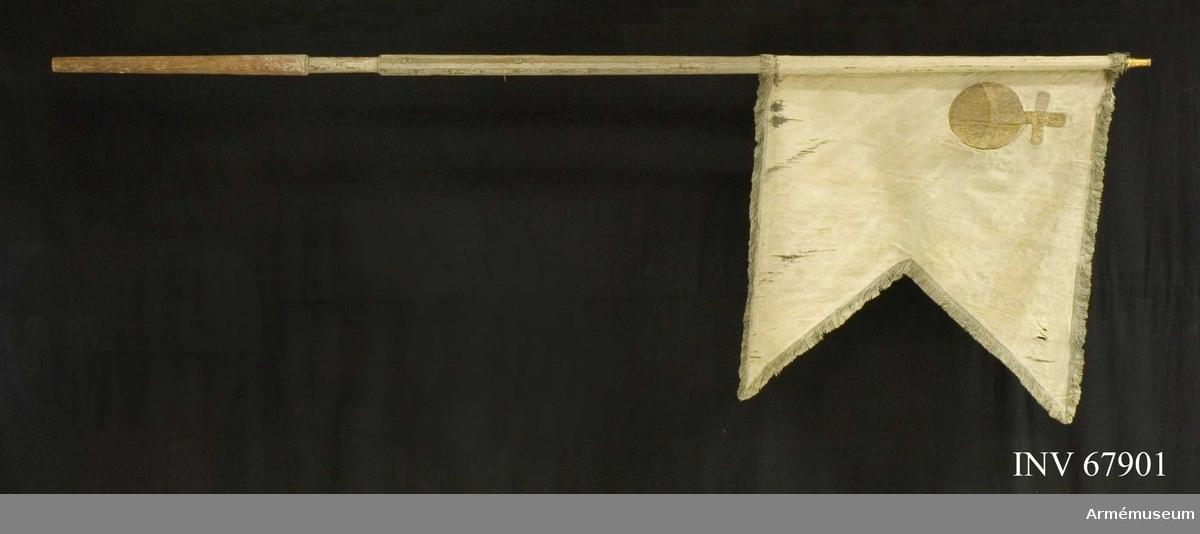 Duk: Tillverkad av blå sidendamast, tvåtungad. Sydd av två våder horisontellt. Kantad med blå silkesfrans. Duken fäst vid stången med förgyllda spikar på ljusblått sidenband. Ovanför greppet beslagen med tre järnskruvar.   Dekor:  I övre inre hörnet, lika på båda sidor, applicerat Upplands sköldemärke, ett riksäpple broderat i guld.
