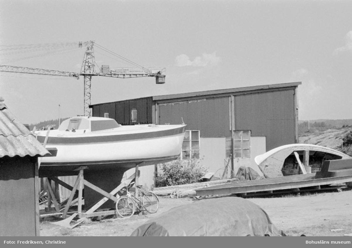 """Motivbeskrivning: """"Såtas Båtvarv, Söbben. På bilden syns den senaste uppförda byggnaden (år 1976) på Såtas Båtvarv."""" Datum: 19800715 Riktning: Nö"""