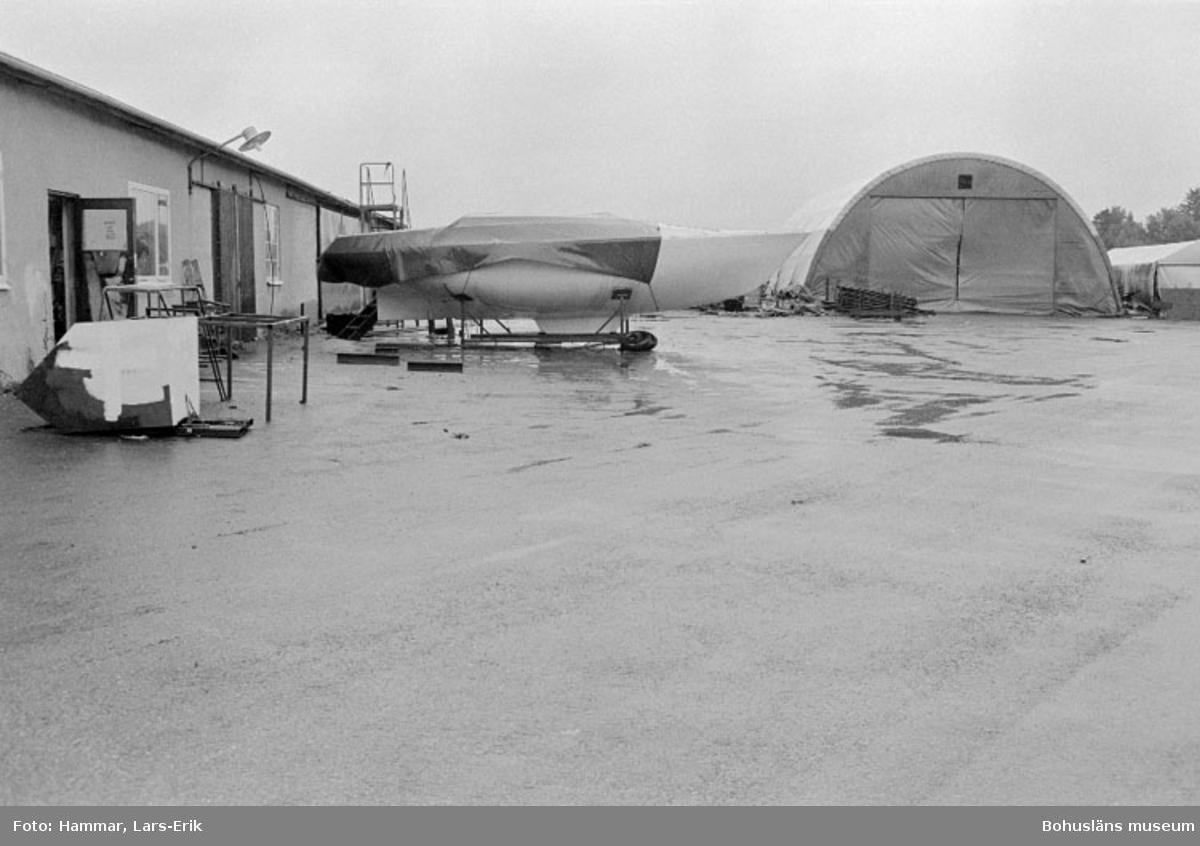 """Motivbeskrivning: """"Widholms industri AB, på bilden syns båthallen till vänster och på höger hand tält för självbygge."""" Datum: 19800911"""