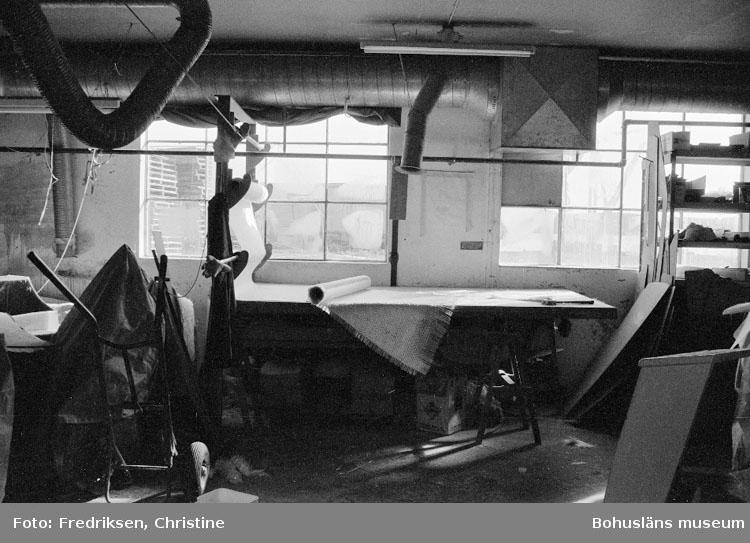 """Motivbeskrivning: """"Rolf Nicanders Båtbyggeri AB, Marstrand. Interiör från plastningsverkstaden. Glasfibermatta på uppskärningband."""" Datum: 19801003"""