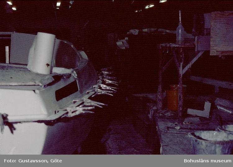 """Motivbeskrivning: """"Gullmarsvarvet, Lysekil. (fotograf: Göte Gustavsson).""""  """"Bild från C,-hallen monteringshallen."""" Datum: 1980-10-30."""