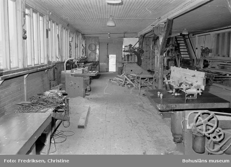 """Motivbeskrivning: """"19800520. Myrens Mekaniska Verkstad, Strömstad. Snickarverkstaden, nederplan. Till höger i bild en fräsmaskin. NV."""""""
