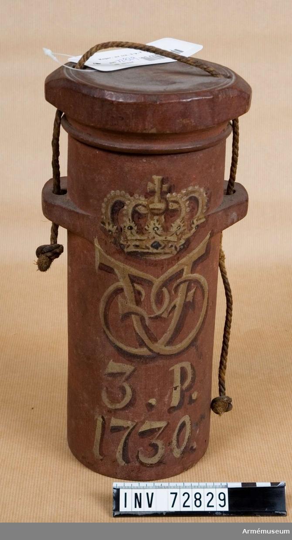 Grupp F:III.  3 pundigt koger av trä med årtalet 1730 och Fredrik I:s namnchiffer.
