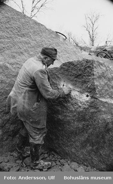 """Bohusläns samhälls- och näringsliv. 2. STENINDUSTRIN. Film: 20  Text som medföljde bilden: """"Kilning på svallen. April 1977."""""""