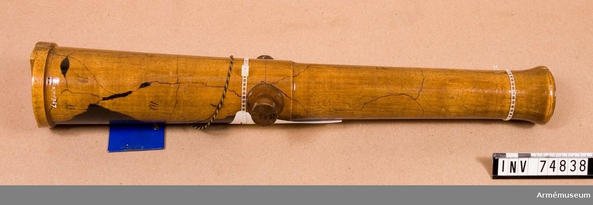 Grupp F V. Den riktiga kanonen är gjuten vid Finspong, gjut n:r 3, år 1843. Handtaget saknas. Träet har starkt slagit sig.
