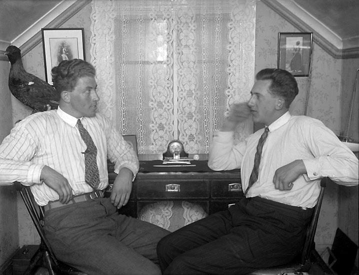 """Enligt senare noteringar: """"Johan Börjesson (till höger) i samtal med en smed från Rixö""""."""