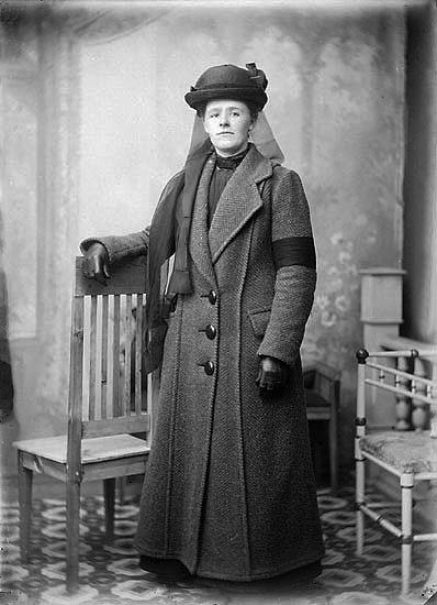 """Enligt noteringar: """"Fru Antonsson, änka efter trädgårdsmästare Antonsson (Torreby).  När trädgårdsmästaren dog och efterträddes av Oscar Winblad 1919, flyttade änkan in på övervåningen i tjänstebostaden och fortsatte sköta om slottet åt grosshandlare Sörensen."""" (BJ)"""