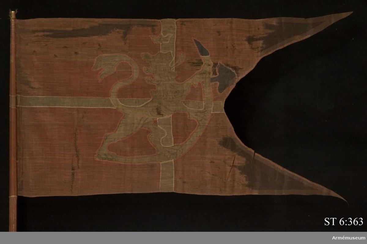 Tvåtungad duk av rött ylletyg; kallas hårduk i 1685 års inventarium. Motiv i intarsia, lika på båda sidor. Vitt kors samt över korsmitten det norska lejonet i gult. Yxans blad av mörkblått ylle.  Duken är lindad kring stången och fäst med tännlikor och band. Stången är brunmålad. Åttkantig upptill och räfflad nertill. Spets saknas.