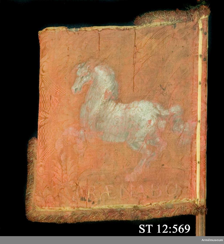 Standar med frans och 6-kannelerad stång.  Inre sidan: Med kungakrona krönt dubbelörn.  Yttre sidan: Åt flygsidan galopperande häst.