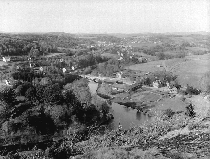 "Enligt noteringar: ""Vy över Kvistrum från Kvistrumsberget omkring 1936."" (BJ)"
