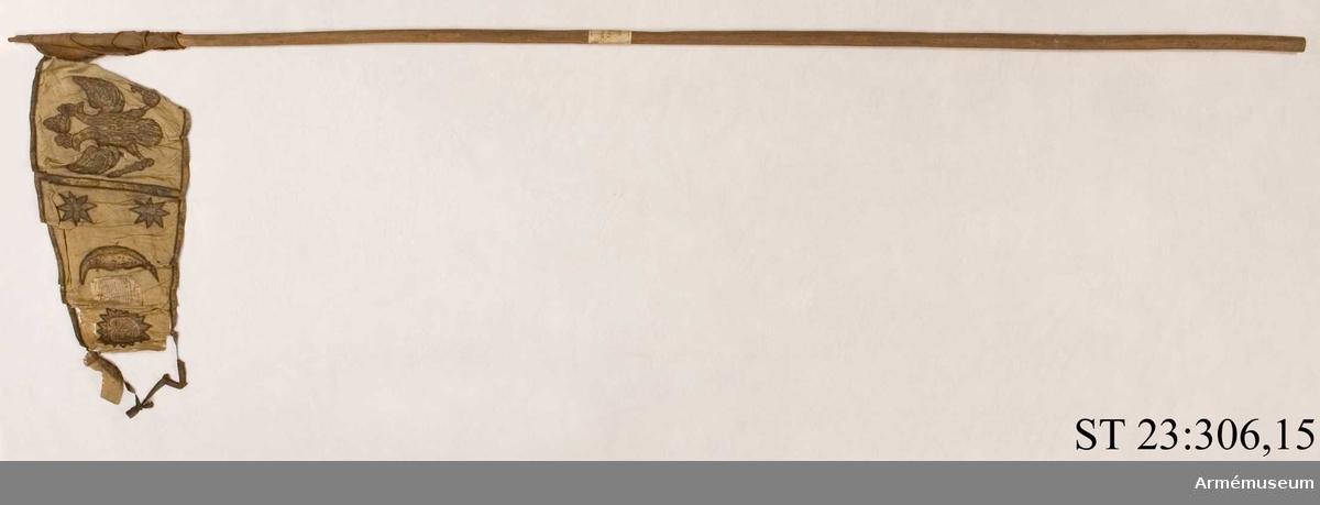 Duk av vit sidentaft och strumpa av rött linne. Motivet målat i guld- och silver samt rött och grönt bestående av en krönt örn, måne, sol och stjärnor
