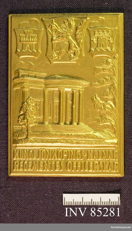 """Grupp M II.  Benämning: Minnesplakett, förgylld, """"Kungl. Jönköpings-Kalmar regementes officerskår, Överstelöjtnant C A Ölander 1/10 1939 - 31/10 1947"""". Plakett i guld."""