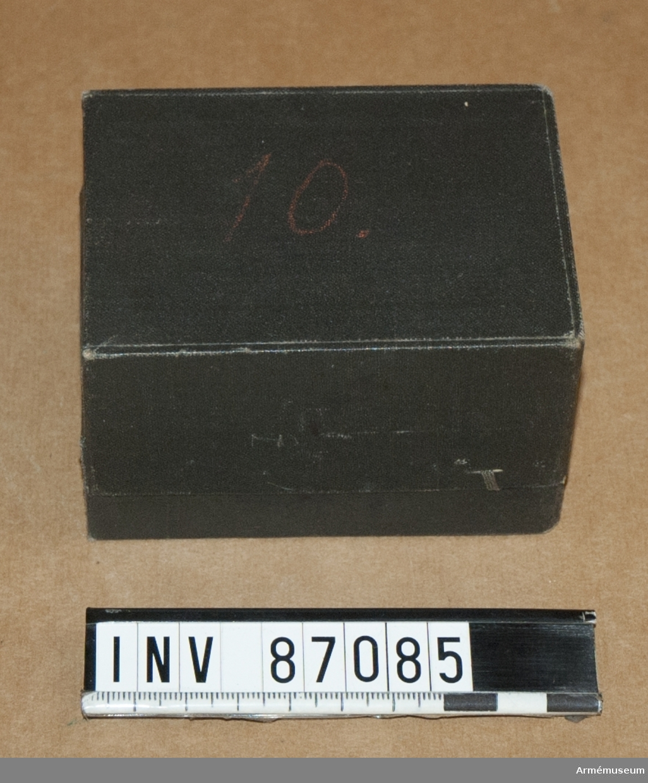 Grupp MV (överstruket) M III.  Schatull med typer, stämpelfärger och stämpeldynor till Teckenförklaring till krigsspelskartor.