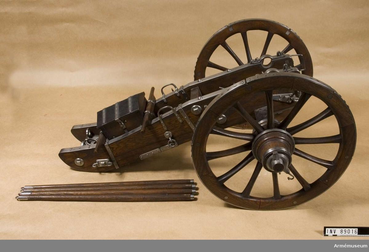 Grupp F I. Modell av lavett till 12-pundig fältkanon, Frankrike. Gribeauvals modifierade fältartillerisystem 1765. Till modellen hör även en föreställare.