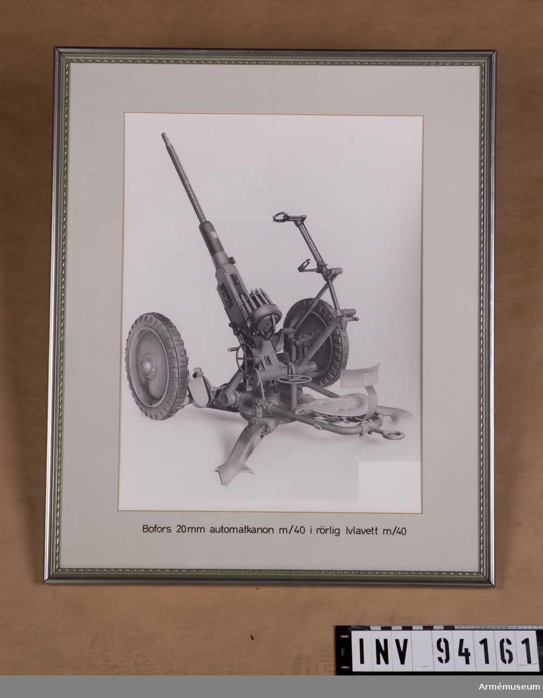 inramat fotografi föreställande Bofors 20 mm automatkanon m/1940 i rörlig luftvärnslavett m/1940.