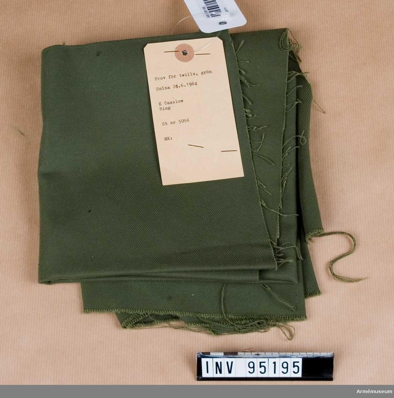 """Text på etikett: """"Prov för twills, grön. Solna 24.6.1964. E Casslow, Bing. St nr 5056. MK:"""""""
